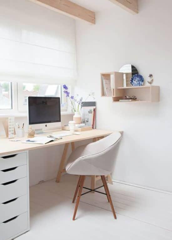 Aménagement d'un bureau scandinave en bois naturel et blanc