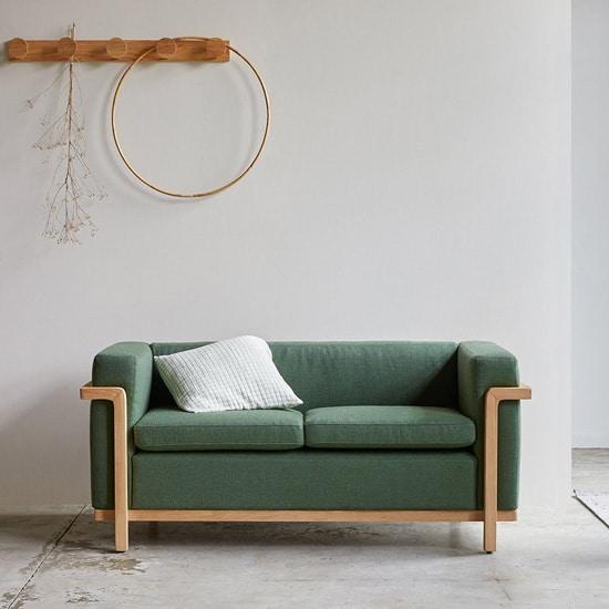 Canapé original sur piètement en bois