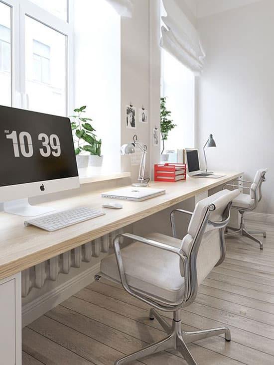 Bureau double équipé de chaises blanches tout confort