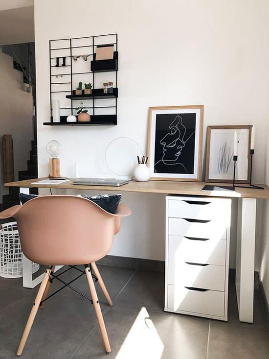 Chaise scandinave dans l'espace bureau