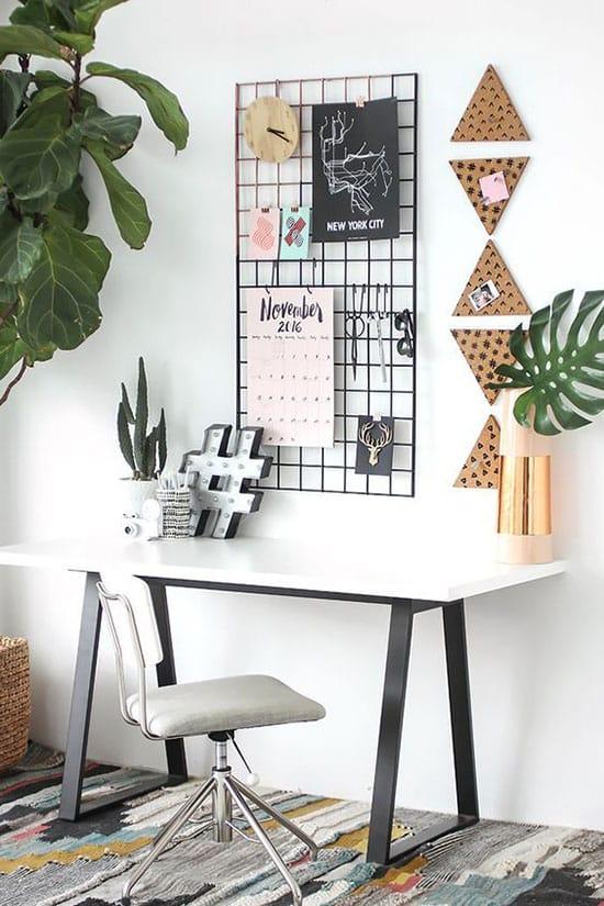 Décoration personnalisée autour d'un petit bureau