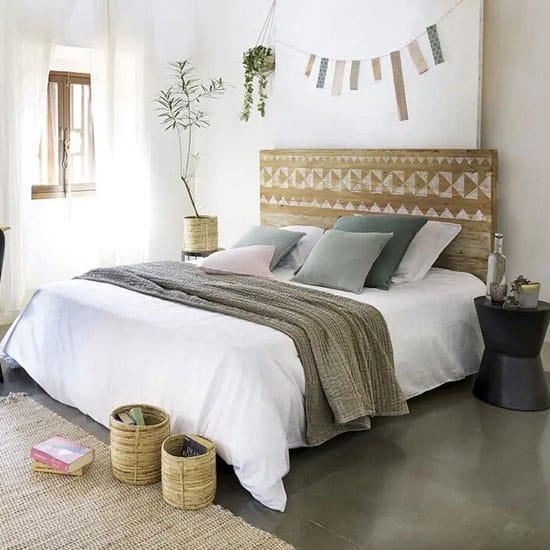 Des lattes de bois au dessus du lit