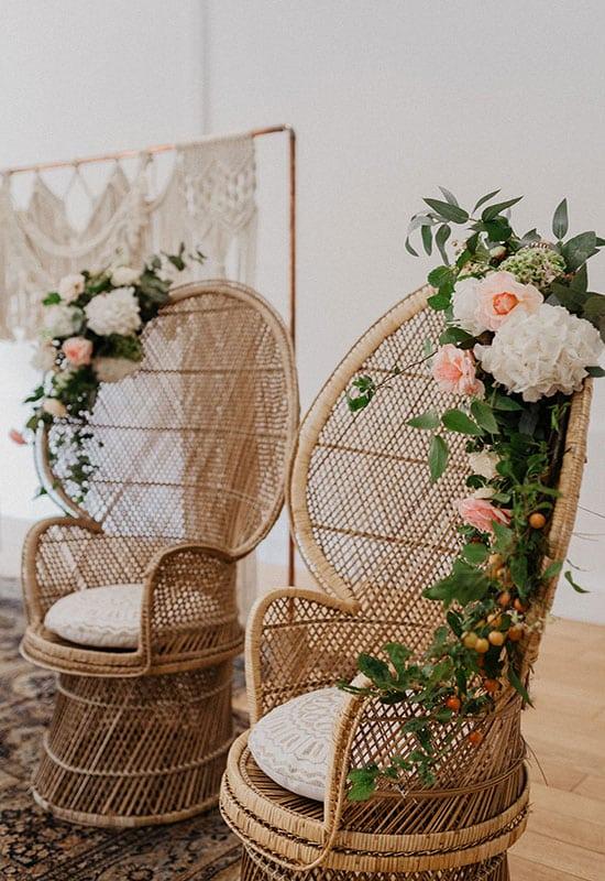 Fauteuils rotin agrémentés de compositions florales